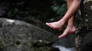primo piano di gambe rilassante nella natura.
