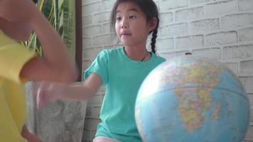 crianças aprendendo sobre geografia. video