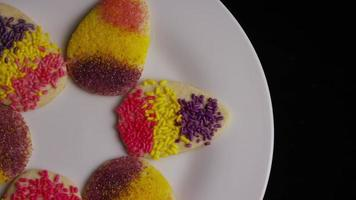 Colpo cinematografico e rotante di biscotti di Pasqua su un piatto - biscotti di Pasqua 003