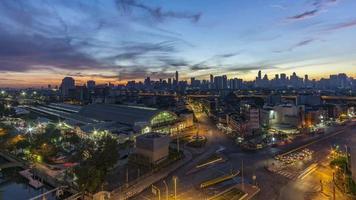 time-lapse van nacht tot dag: ochtendzonsopgang in Bangkok