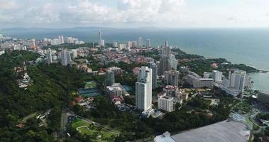 luchtfoto panoramisch uitzicht van pattaya beach thailand video