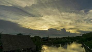 zonsondergang achter een bewegende wolk