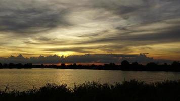 puesta de sol detrás de una nube en movimiento