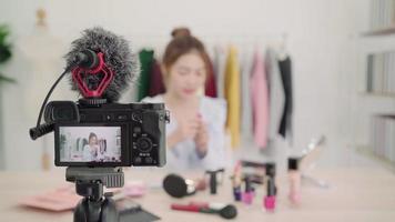 blogueira de beleza apresenta cosméticos de beleza para uma câmera de vídeo