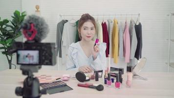 hermosa mujer asiática revisa el maquillaje en la red social video