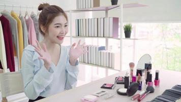 belle femme asiatique examinant le maquillage video