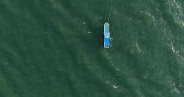 vista dall'alto di una barca a vela blu nel mare