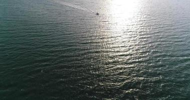 vista aérea de lanchas no mar, perto da cidade de praia, pattaya, Tailândia.