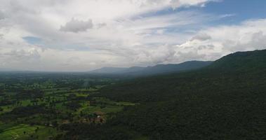 vista aerea ampio punto di vista montagna con alberi lussureggianti