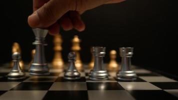 movimento do jogo de xadrez jogando na mesa