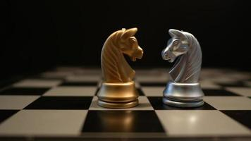 movimiento del juego de ajedrez jugando en la mesa
