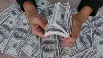 mani che contano le banconote da un dollaro