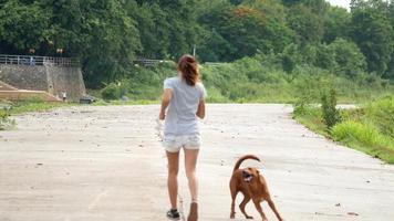 Frau, die im Park joggt
