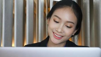 donna d'affari, lavorando su un computer portatile video