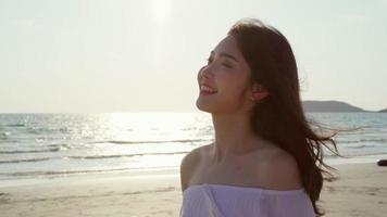 belle femme heureuse marchant sur la plage