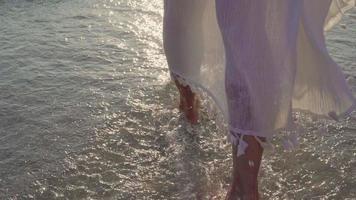 belle femme heureuse marchant sur une plage