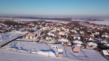 drone voando sobre uma vila nevada em 4k