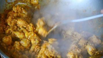 pollo frito con curry en la sartén para hacer comida tailandesa. video
