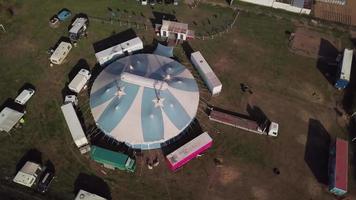 drone orbitando uma tenda de circo em 4k video