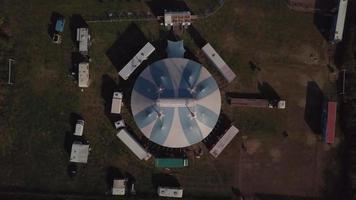 drone che scende al tendone da circo in 4K