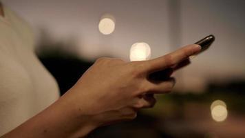femme utilisant la technologie d'écran tactile au smartphone
