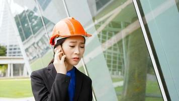 uma garota falando ao telefone em seu local de trabalho video