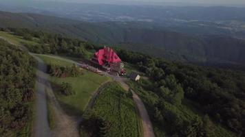 drone volando hacia una cabaña en 4k video