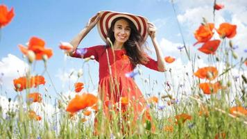 gratis gelukkige vrouw in een rode jurk genieten van de natuur