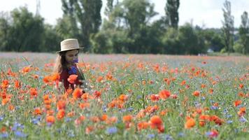 donna felice libera in un vestito rosso che gode della natura