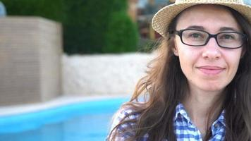 mulher usando óculos na piscina