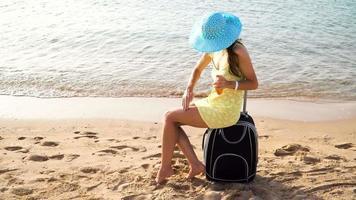 Frau verteilt Sonnencreme auf ihren Beinen