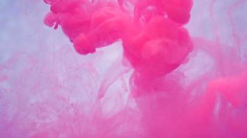 tinta lilás na água. câmera lenta criativa. sobre um fundo branco.