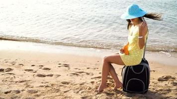 mujer extiende protector solar en su hombro video