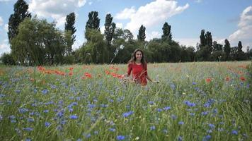 jovem feliz em um vestido vermelho