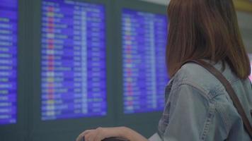 asiatische Frau am Flughafen