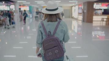 mujer asiática en el aeropuerto
