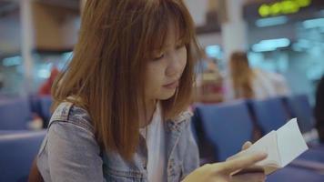 mulher asiática no aeroporto video