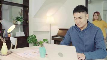 jovem casal asiático gerenciando finanças
