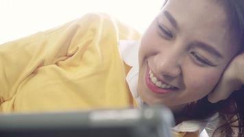 jeunes femmes asiatiques regardant une vidéo sur une tablette