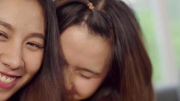 jovens mulheres asiáticas rindo video