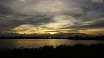 zonsondergang achter een bewegende wolk video