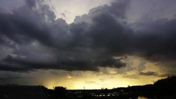 pôr do sol depois da chuva