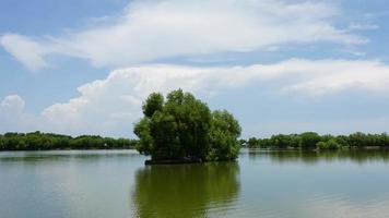 as nuvens sobre o lago