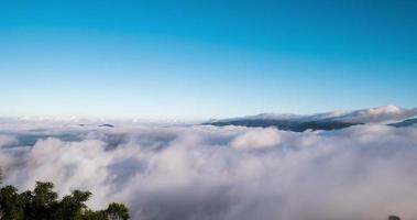 la niebla en la cima de la montaña