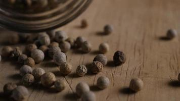 granos de pimienta sobre la mesa de madera
