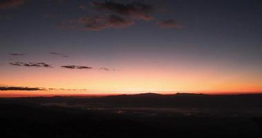 Zeitraffer des nebligen Berges mit Sonnenaufgang