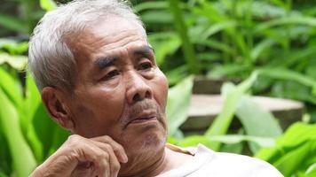 anciano hablando solo en el parque