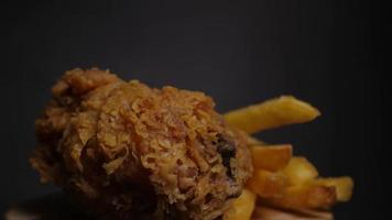 frango frito e batatas fritas video