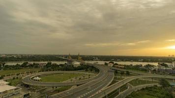 luzes noturnas sobre a ponte no rio chao phraya