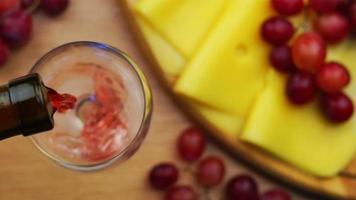 versando il vino rosso nel bicchiere